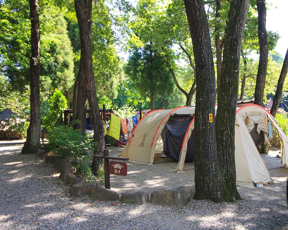 夏休みのキャンプアンドキャビンズでカマボコテントを使って ...